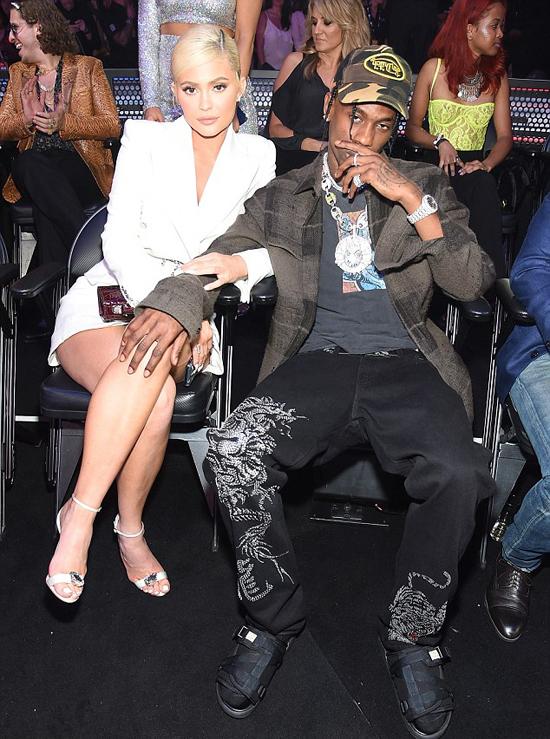 Trước khi trở về nhà đoàn tụ với con gái, Kylie Jenner và Travis Scott cùng nhau tham dự lễ trao giải MTV Video Music Award ở New York tối 20/8.