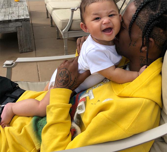 Stormi cười tít mắt khi chơi với bố, rapper Travis Scott.