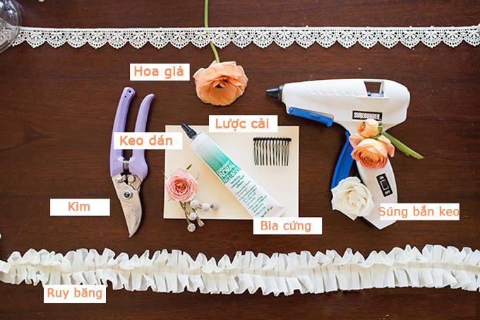 Những nguyên liệu bạn cần khá dễ kiếm và bạn có thể thay đổi màu sắc ruy băng, dải ren theo ý muốn. Bạn nên dùng hoa giả thay cho hoa tươi để lược cài được bền và có thể tái sử dụng ở các sự kiện sau đám cưới.