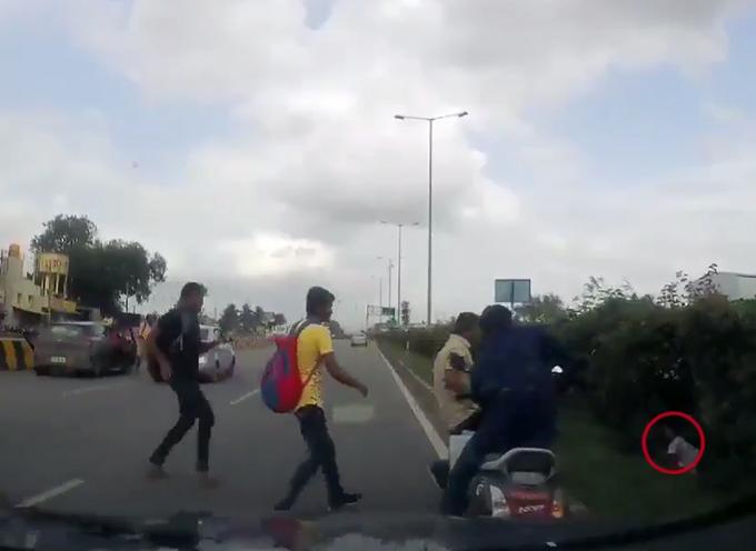 Bé gái một mình phóng motor sau khi bố mẹ bị bay xuống đường - 2