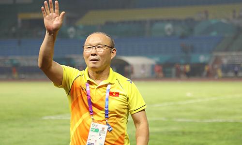 HLV Park Hang-seo một mình ra khán đài cảm ơn CĐV Việt Nam