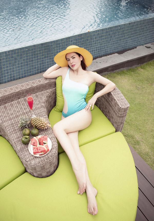 Người đẹp thích nằm phơi nắng, nghỉ ngơi bên hồ bơi trong biệt thư triệu đô của cô ở TP HCM.