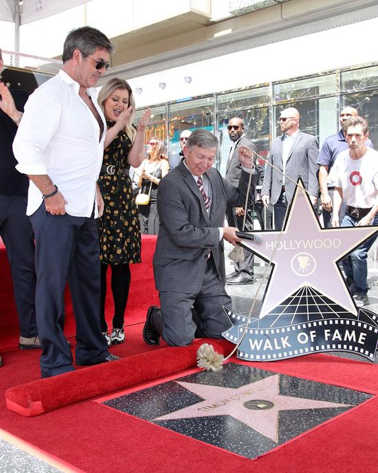 Là người chuyên phát hiện và đào tạo nên các ngôi sao, Simon Cowell rất hạnh phúc khi đến một ngày anh cũng trở thành một trong những ngôi sao danh tiếng trên Đại lộ Danh vọng Hollywood.