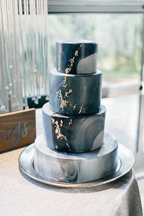 2. Bánh mô phỏng đá cẩm thạch:Những đường vân trên bánh kem bốn tầng khiến nhiều người nghĩ đây làtác phẩm từ đá cẩm thạch nếu chỉ nhìn thoáng qua. Chuyên gia làm bánh còn điểm xuyết vệt nhũ vàng tạo cảm giác sang trọng cho chiếc bánh.