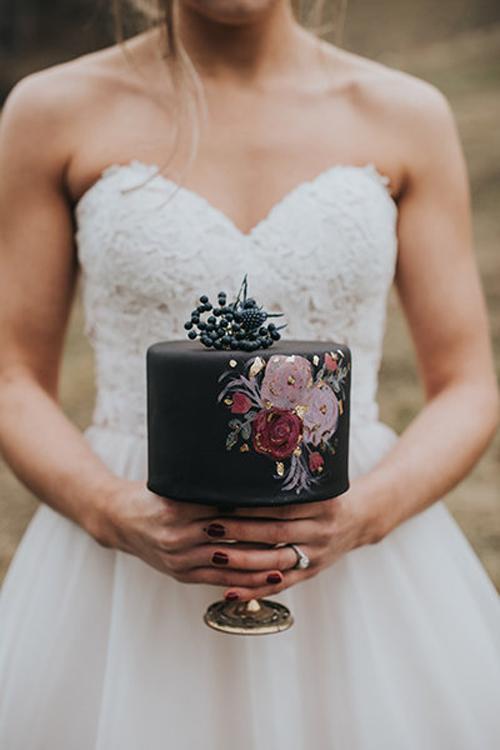 4. Bánh kem màu đen: Ngày nay, bánh cưới không chỉ gói gọn trong sắc trắng truyền thống mà còn có thêm những màu sắc lạ mắt khác để bạn thoải mái chọn lựa. Họa tiết hoa hồng được vẽ tay đem đến vẻ lãng mạn, bay bổng cho chiếc bánh nhỏ.