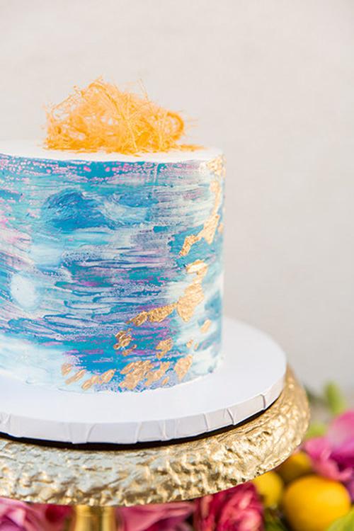 3. Bánh lấy cảm hứng từ nét vẽ trên tranh sơn dầu: Chiếc bánh nhỏgiống như một tác phẩm nghệ thuật mang hương thơm ngọt ngào. Thợ làm bánh còn tô điểm cho bánh cưới bởikem nhũ vàng có thể ăn được.