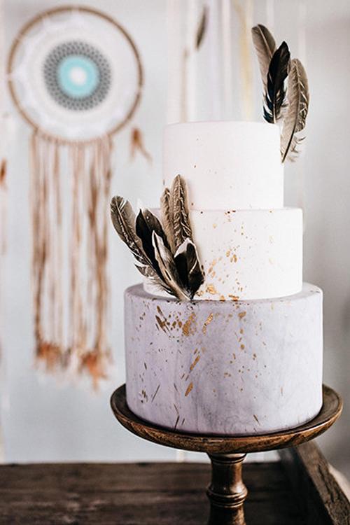 7. Bánh cho hôn lễ mang phong cách Boho: Uyên ương có thể chọnbánh trắngđược trang trí bởilông vũ và nhũ vàng cho đám cưới thêm đặc sắc. Sự phóng khoáng, tự do của phong cách bohođược thể hiện rõ nét trên chiếc bánh ba tầng.