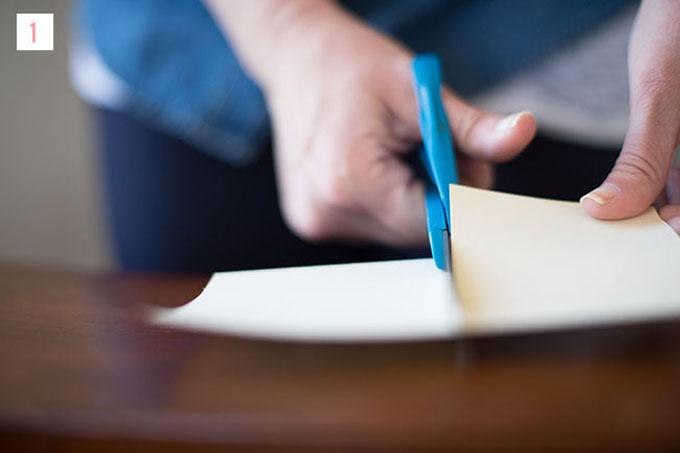 Bước 1: Đầu tiên, bạn dùng kéo cắtmột hình chữ nhật cókích thước 5x10 cm.