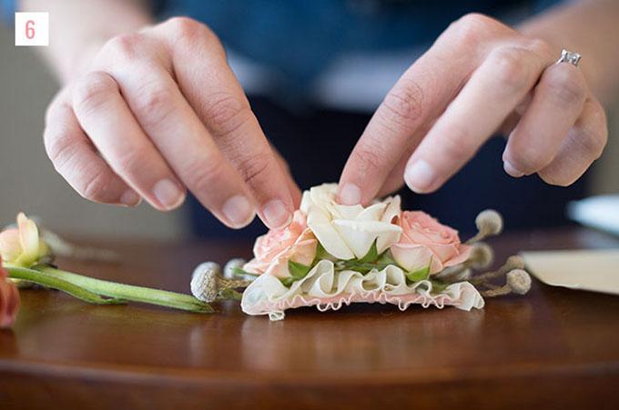 Bước 6: Tiếp tục sắp xếp và đính hoa lên chiếc lược cài.