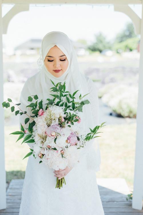 Hoa cưới là sự kết hợp của bảng màu pastel và các sắc thái của màu xanh lá cây.