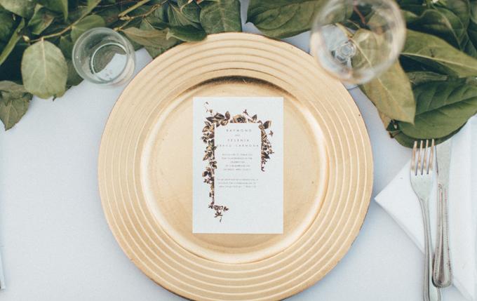 Đĩa ăn màu vàng đồng: Những sắc màu ánh kim nhưvàng đồng, vàng hồng và bạc được ưa chuộng và xuất hiệnở nhiều chi tiết, vật dụng củađám cưới tối giản. Bạn có thể đặt vài nhành lá xanh và khăn trải bàn trắng lên bàn tiệc, tạo cảm giác gần gũi và ấm áp cho không gian.