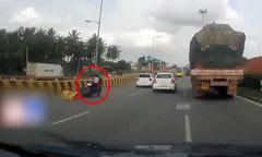 Bé gái một mình 'phóng' môtô sau khi bố mẹ gặp nạn bay xuống đường