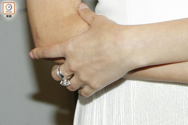Trên tay Khải Lâm là chiếc nhẫn cưới lấp lánh.