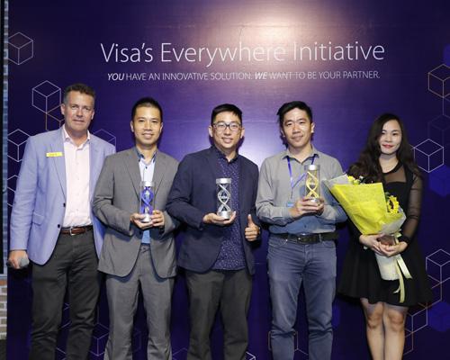 Đại diện Visachụp hình lưu niệm cùng 3 startup đạt giải: (thứ hai từ trái sang) ông Phan Hồng Minh - CEOJupviec.vn, ông Hồ Việt Hải - đồng sáng lập Triip, ông Lê Mai Tùng - đồng sáng lập EyeQ Tech.