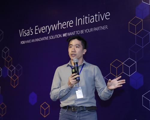 Ông Lê Mai Tùng - đồng sáng lập EyeQ Tech thuyết trình đề án trước hội đồng giám khảo