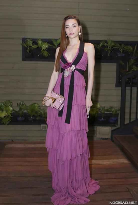 Mặc dù sử dụng nguyên set đồ hiệu đắt tiền nhưng Hồ Ngọc Hà lại bị khán giả chê là khá sến sẩm khi diện váy tím xếp tầng.