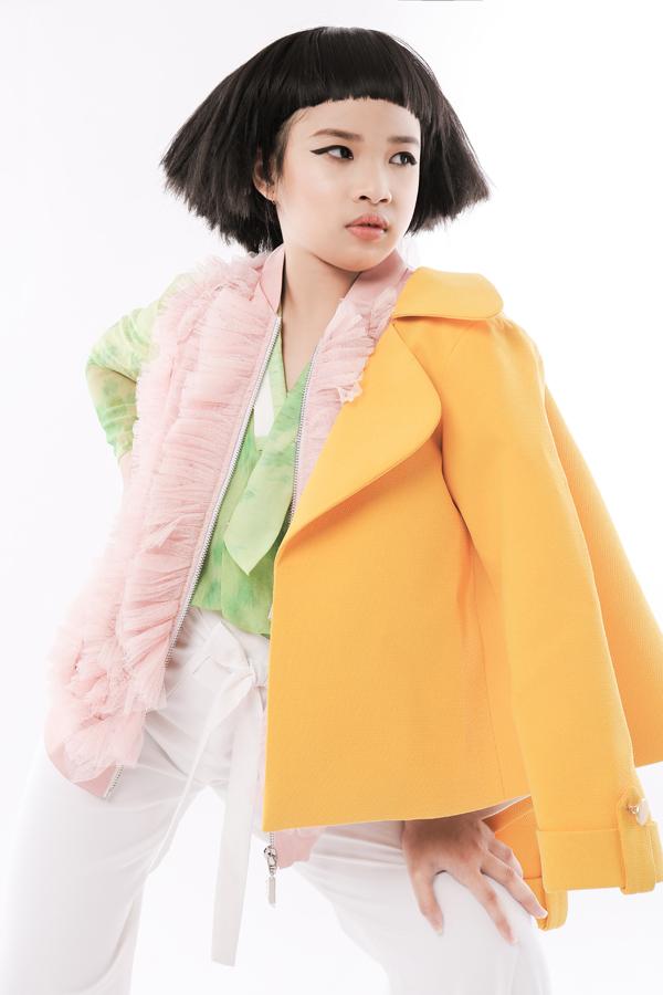 Áo khoác tông vàng tươi, sơ mi cách điệu, áo xếp bèo nhún được phối hợp cùng nhau theo phong cách nhiều layer.