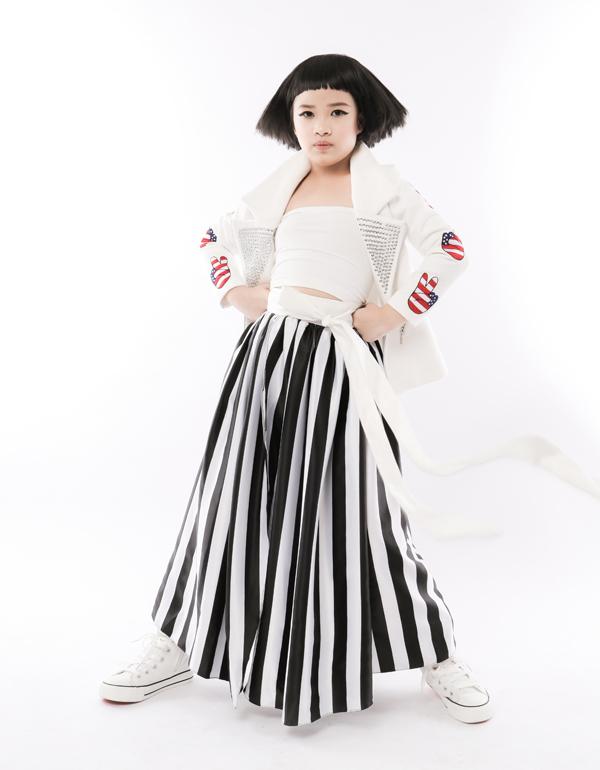 Jacket nạm đinh tán được kết hợp cùng áo quây tông trắng hài hòa cùng chân váy kẻ sọc trắng đen.