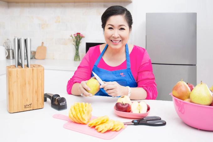 Việc bếp núc của Hồng Vân nhanh gọn, nhẹ nhàng hơn nhờ chọn được bộ dao tốt.