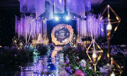 Tiệc cưới 'Vẻ đẹp pha lê huyền bí' với sắc tím Ultra Violet - màu của năm 2018