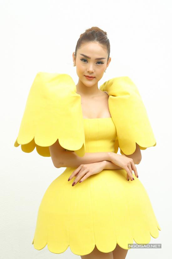 Bộ váy vàng rực rỡ lấy cảm hứng từ vẻ đẹp của hoa linh lan chuông là thiết kế của Công Trí dành riêng cho Minh Hằng.