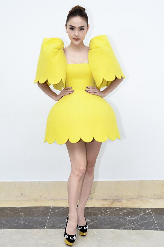 Diện váy vàng tạo khối cầu kỳ, sắc màu nổi bật khiến Minh Hằng bị ví như chú vịtcon lông vàng.