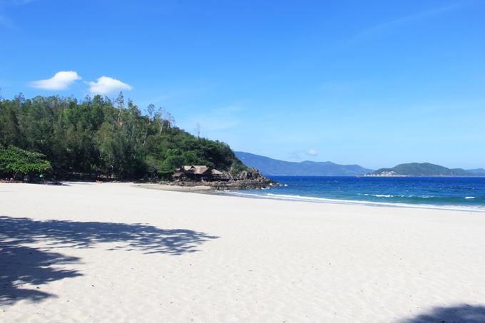 Khu nghỉ dưỡng sở hữu không gian riêng tư, được bao bọc bởi những ngọn núi nên thơ và biển xanh cát trắng. Đây là nơi phù hợo cho tân lang - tân nương tổ chức một bữa tiệc cưới ngoài trời thoải mái và lãng mạn. Nhiều cặp đôi cũng khéo léo kết hợp đám cưới với chuyến nghỉ dưỡng dài ngày tại Nha Trang xinh đẹp cho cả gia đình, bạn bè người thân.