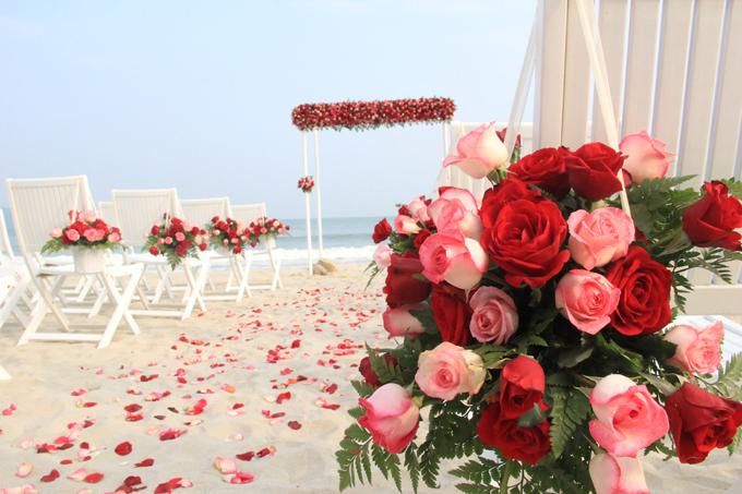 Mỗi hôn lễ tại khu nghỉ dưỡng đều được thiết kế phong cách riêng, tùy theo yêu cầu từng cặp đôi, và mang đậm dấu ấn của cô dâu chú rể. Tiệc cưới bãi biển thường được tiến hành vào lúc hoàng hôn dưới ánh chiều tà dịu nhẹ và gió biển mơn man. Sau đó, khách mời có thể thoải mái vui chơi suốt buổi tối.