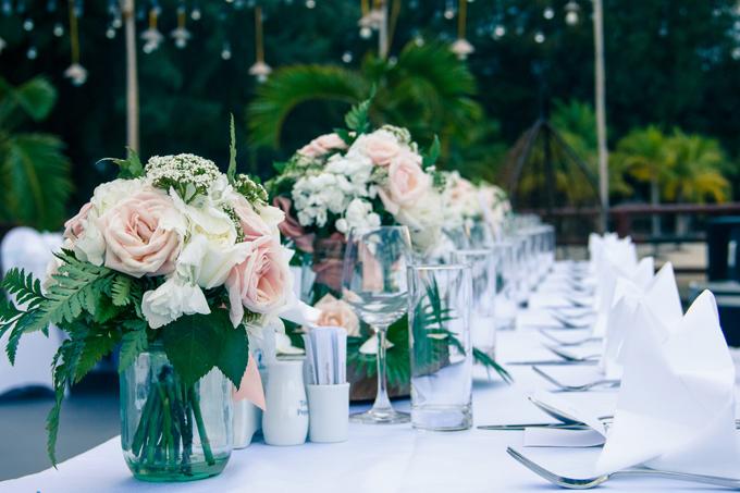 Sau nghi lễ, các khách mời cùng tham dự yến tiệc sang trọng tại nhà hàng, bãi biển hoặc hồ bơi. Bàn tiệc cho khách mời được bày trí thanh lịch, mang đến không khí lãng mạn, nhẹ nhàng cho thực khách.