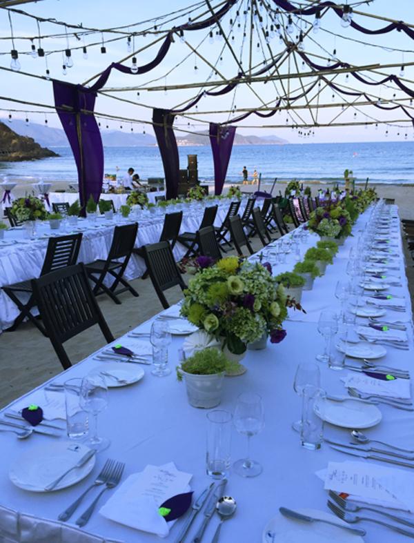 Thực đơn cho đêm tiệc cũng vô cùng phong phú. Cô dâu chú rể có thể tự tay lựa chọn menu riêng cho phù hợp với đối tượng khách mời như thực đơn Âu thượng hạng hay các món Á đặc sắc do chính tay bếp trưởng của resort chuẩn bị.