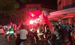 Người hâm mộ tập trung ở hồ Hoàn Kiếm mừng chiến thắng của Việt Nam