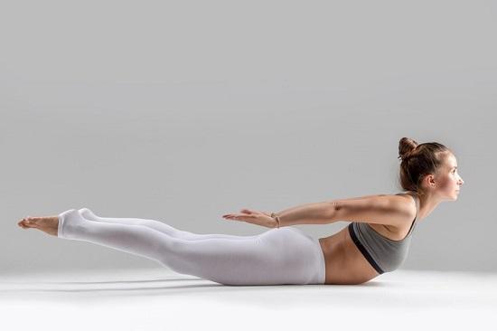 Tư thế cào cào (Locust Pose)Với nhân viên văn phòng phải ngồi một chỗ thường xuyên, đây là tư thế yoga giúp cơ thể dẻo dai và linh hoạt. Khi thực hiện động tác này, phần cơ mông và cơ bắp chân được tác động mạnh, thúc đẩy đốt cháy mỡ thừa, săn chắc hơn.Nằm úp và đặt tay sát người, lòng bàn tay để ngửa. Nâng chân tay, đầu và ngực khỏi sàn nhà. Thở sâu và nhấc mình cao thêm sau mỗi lần thở.