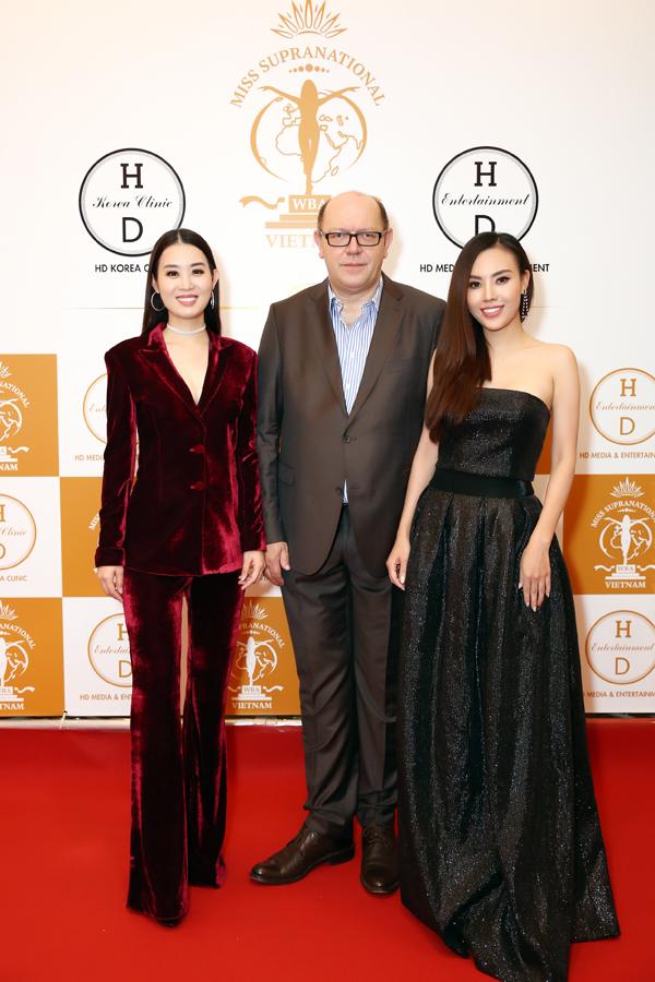 Trên thảm đỏ, côcó dịp gặp gỡ ông Gerhard Parzutka Von Lipinski - Chủ tịch Miss Supranational và Á hậu Áo dài Minh Phương - Phó ban tổ chức Miss Supranational Vietnam 2018.