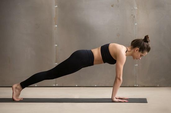 Tư thế Plank (Plank pose)Bắt đầu với tư thế nằm sấp, siết chặt cơ bụng sau đó kiểng hai mũi chân lên chạm sàn,hông thấp hơn lưng, tư thế chắc. Hít thở đều và giữ tư thế từ 15-20 giây.Tư thế Plank luyện tập cơ bụng, cơ bắp tay giúp giảm mỡ, tăng tính linh hoạt của cơ khớp, giảm đau lưng và cải thiện tư thế.