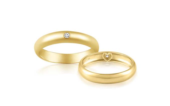 Nhẫn cưới vàng Amor Vàng 9K đính đá CZ  Nữ: ~2.612.000đ Nam: ~3.946.000đ  Thông điệp: Có những yêu thương không nói thành lời, mà in dấu vào tận tim; có những sợi liên kết không hiển hiện phô trương nhưng lại quyện chặt mạnh mẽ hơn bất kỳ thứ gì khác. Từ nguồn cảm hứng đó, PRECITA cho ra đờinhẫn cưới AMOR với dấu trái tim được khắc ở vành trong, khi đeo vào sẽ để lại ký hiệu hình trái tim trên da. Đeo càng lâu, dấu tim hiện lên càng rõ; yêu càng lâu, tình càng sâu! Đây là kiểu nhẫn cưới độc quyền mà bạn không thể tìm thấy ở bất kỳ cửa hiệu trang sức nào tại Việt Nam ngoại trừ PRECITA.