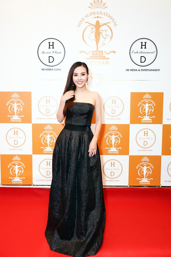 Xuất hiện trên thảm đỏđêm chung kết Miss Supranational Vietnam 2018, Mai Quỳnh gây ấn tượng bởi vẻ ngoài tươi trẻ và thần thái rạng rỡ.