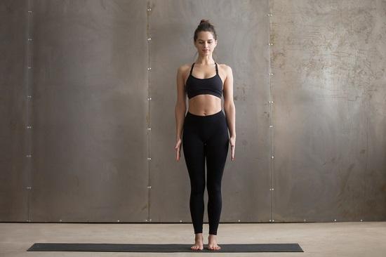 Tư thế núi (Mountain Pose)Đứng thẳng người, giữ chân, đùi, hôngthành một đường thẳng, hơi hóp bụng, vai mở rộng về phía sau để ngực ưỡn về phía trước. Hít thở đều. Thả lỏng cơ thể và duy trì sự thăng bằng càng lâu càng tốt.Động tác này cải thiện lưu thông máu và hệ tiêu hóa, tăng sức mạnh cho chân và hông, tăng cường khả năng giữ thăng bằng, giải tỏa căng thẳng.