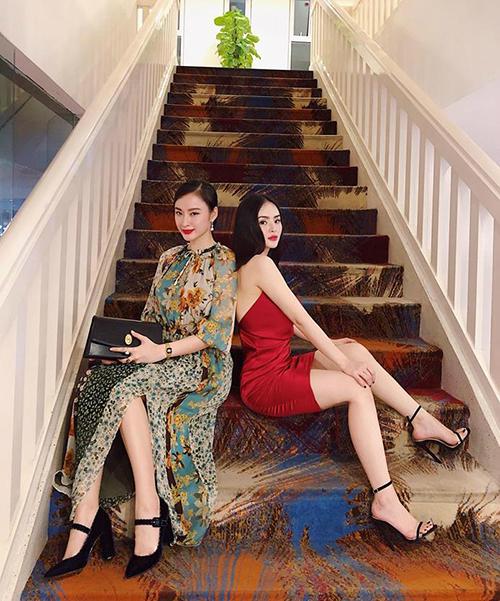 Hai chị em Angela Phương Trinh đọ dáng khi pose hình.