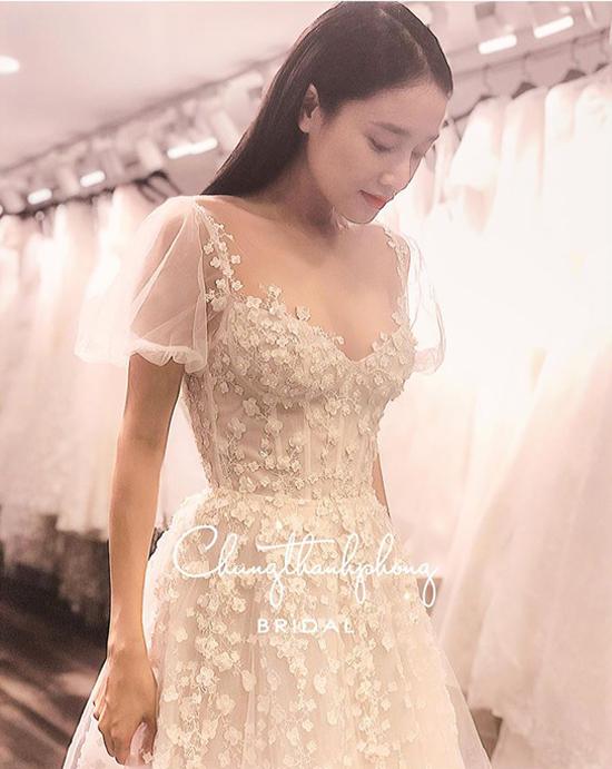 Hình ảnh Nhã Phương dịu dàng trong lần thử váy đính hôn.