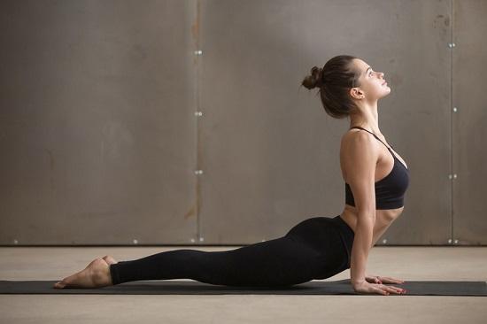 Tư thế rắn hổ mang (Cobra Pose)Động tác này có tác động mạnh lên phần vai và lưng. Kéo căng thân trên theo chiều dài cột sống, cáccơ bụng căng ra đóng vai trò chất xúc tác đốt mỡ thừa vùng eo, hông.Giữ tư thế từ 15-30 giây rồithở ra,thả lỏng cơ thể.