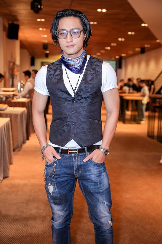 Cách phối trang phục của host Hữu Vi khá rối mắt. Anh tự nhấn chìm vẻ đẹp nam tính, khoẻ khoắn bởi quá ôm đồm phụ kiện.