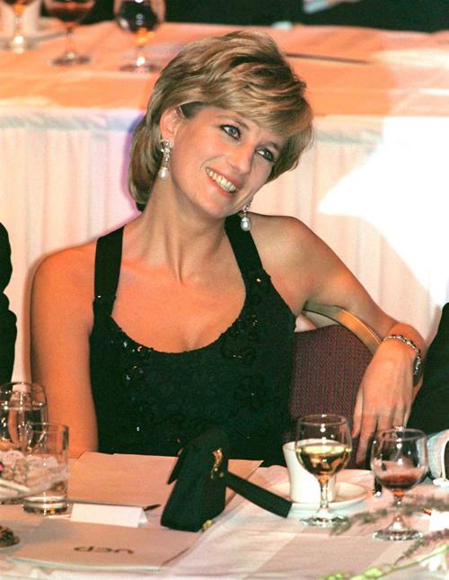 Công nương Diana dự một bữa tiệc vài tháng sau khi ly dị Thái tử Charles. Ảnh: UK Press.