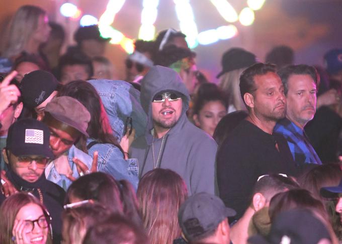 Giữa biển người tại lễ hội âm nhạc ngoài trời Coachella ở California hồi tháng 4, Leonardo DiCaprio hóa trang bằng chiếc kính màu và đội mũ trùm đầu. Tuy nhiên gương mặt nổi tiếng của anh vẫn không thể trốn được các tay săn ảnh có đôi mắt cú vọ.