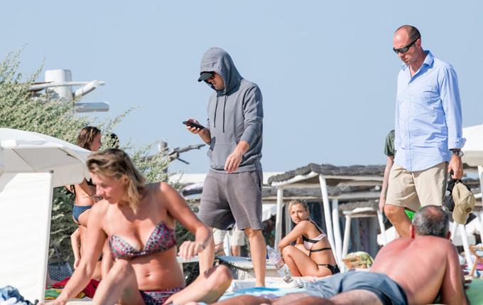 Tại kỳ nghỉ ở bãi biển St. Tropez với bạn gái vào tháng 7 vừa qua, trong khi mọi người đều mặc mát mẻ để nằm tắm nắng, Leo vẫn trung thành với chiếc áo hoodie che chắn kín mít.