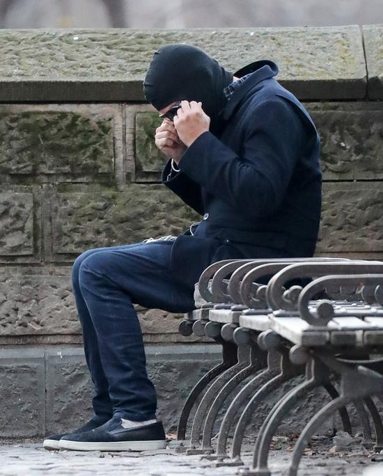 Ngôi sao Hollywood trông như thể một anh chàng bụi đời đang ngồi ghế đá công viên khi đội chiếc mũ kiểu ninja trùm kín đầu và mặt.