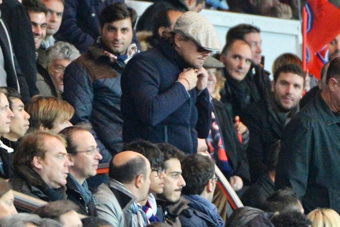 Tài tử đã đội mũ và đeo kính trong khi đi xem bóng đá ngoại hạng Anh nhưng chẳng khó để các fan nhận ra anh.