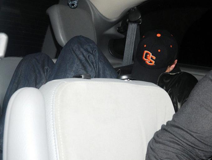 Anh nằm cuộn tròn trên ghế xe hơi, giấu mặt trong mũ áo khi rời câu lạc bộ đêm ở London năm 2009.