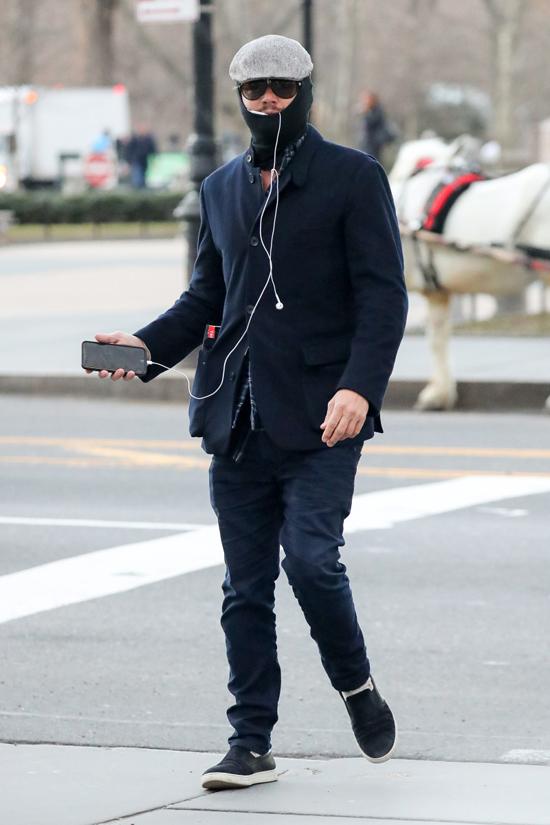 Leo chỉ để hở mũi để thở trong khi đi tập thể dục ở New York vào tháng 3/2018.