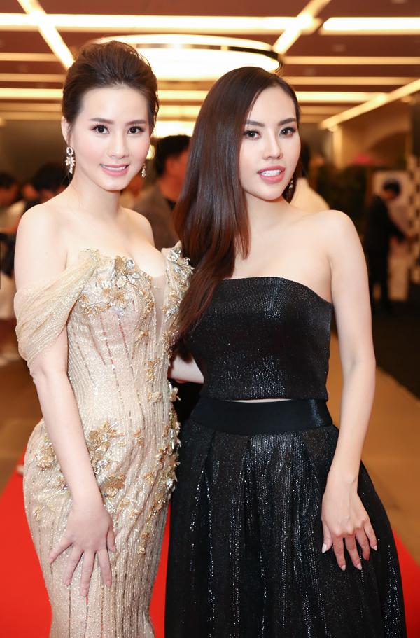 Hoa hậu Nhân ái thân thiết đọ dáng cùngngười đẹp Duyên Trần.
