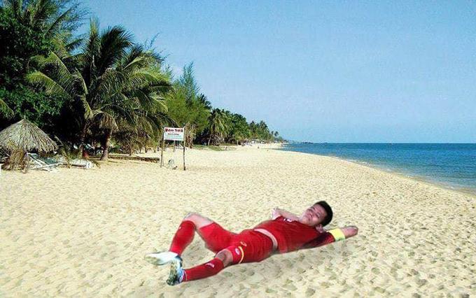 Văn Quyết như đang nằm tắm nắng trên bãi biển.